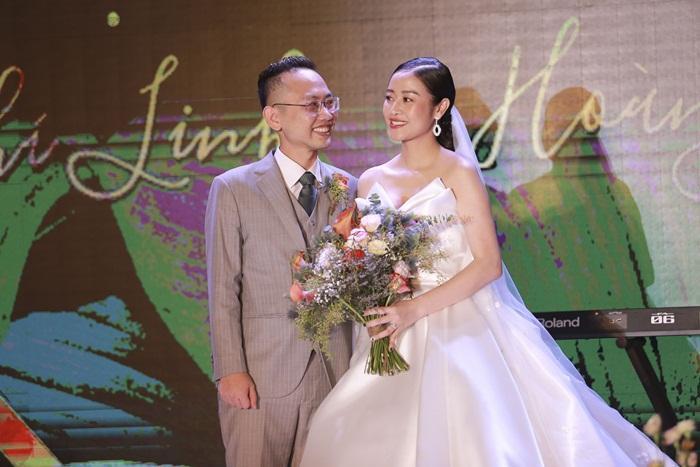 Chú rể quyền lực ở VTV tình tứ trao nhẫn, tiết lộ giấc mơ đặc biệt khiến anh phải cưới Phí Linh làm bạn đời-11