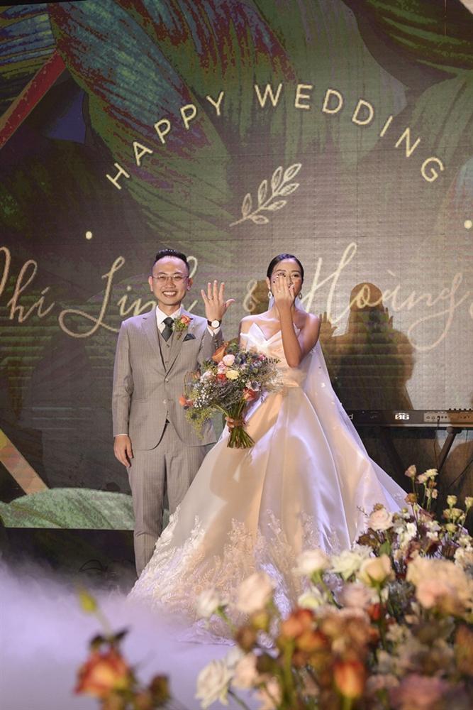 Chú rể quyền lực ở VTV tình tứ trao nhẫn, tiết lộ giấc mơ đặc biệt khiến anh phải cưới Phí Linh làm bạn đời-13