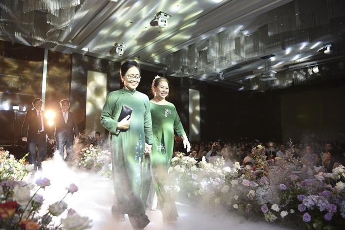 Chú rể quyền lực ở VTV tình tứ trao nhẫn, tiết lộ giấc mơ đặc biệt khiến anh phải cưới Phí Linh làm bạn đời-15
