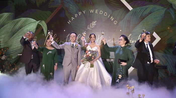 Chú rể quyền lực ở VTV tình tứ trao nhẫn, tiết lộ giấc mơ đặc biệt khiến anh phải cưới Phí Linh làm bạn đời-18