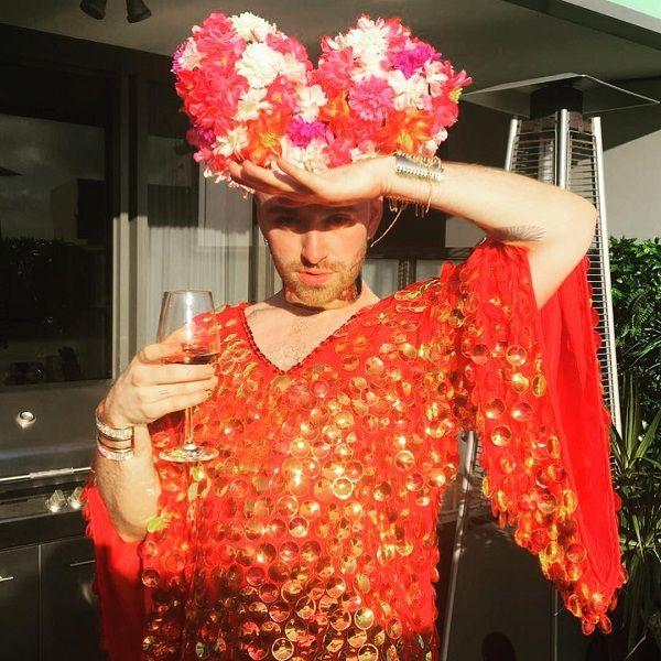 Ca sĩ đồng tính nước Anh mê mẩn giày cao gót đỏ, diện váy hoa bung lụa pose dáng như người mẫu-2