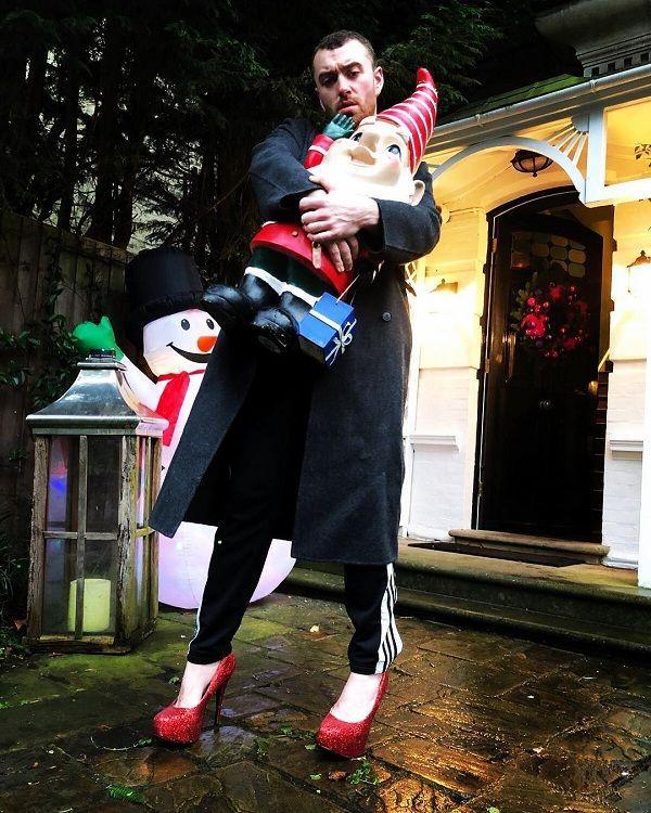 Ca sĩ đồng tính nước Anh mê mẩn giày cao gót đỏ, diện váy hoa bung lụa pose dáng như người mẫu-3