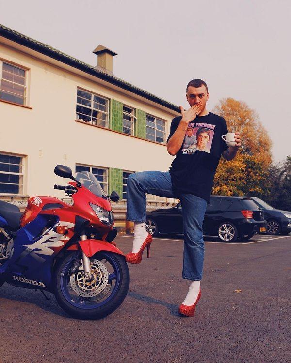 Ca sĩ đồng tính nước Anh mê mẩn giày cao gót đỏ, diện váy hoa bung lụa pose dáng như người mẫu-4