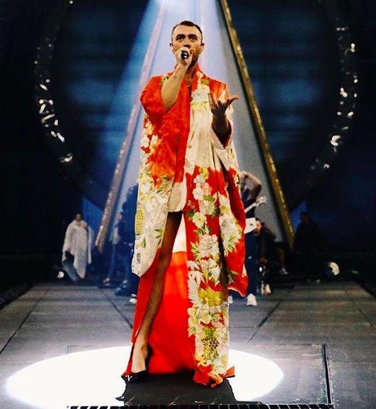 Ca sĩ đồng tính nước Anh mê mẩn giày cao gót đỏ, diện váy hoa bung lụa pose dáng như người mẫu-5