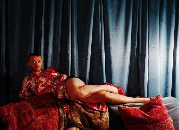 Ca sĩ đồng tính nước Anh mê mẩn giày cao gót đỏ, diện váy hoa bung lụa pose dáng như người mẫu-11