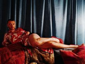 Ca sĩ đồng tính nước Anh mê mẩn giày cao gót đỏ, diện váy hoa bung lụa pose dáng như người mẫu