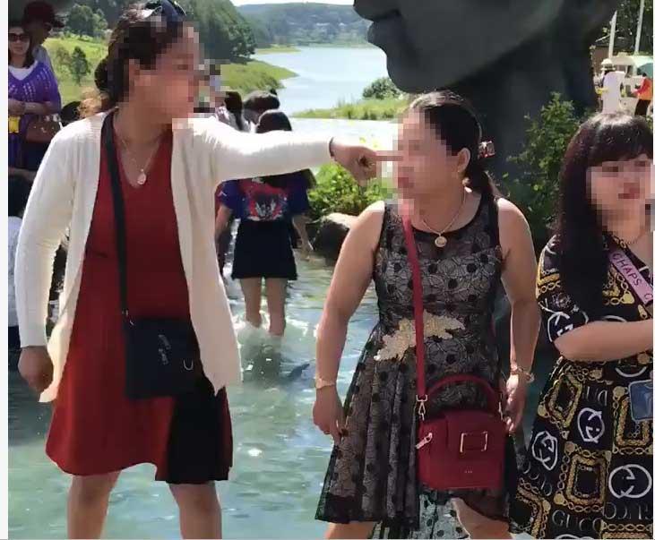 Clip: Chỉ vì tranh chỗ chụp ảnh 'sống ảo' ở Đà Lạt, 2 người phụ nữ trung niên 'choảng' nhau bôm bốp, rớt cả xuống hồ-3