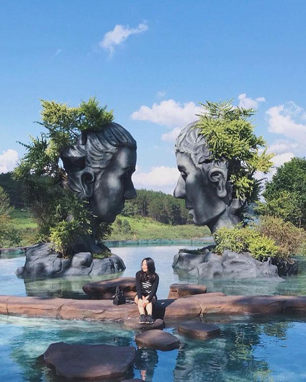 Clip: Chỉ vì tranh chỗ chụp ảnh 'sống ảo' ở Đà Lạt, 2 người phụ nữ trung niên 'choảng' nhau bôm bốp, rớt cả xuống hồ-1