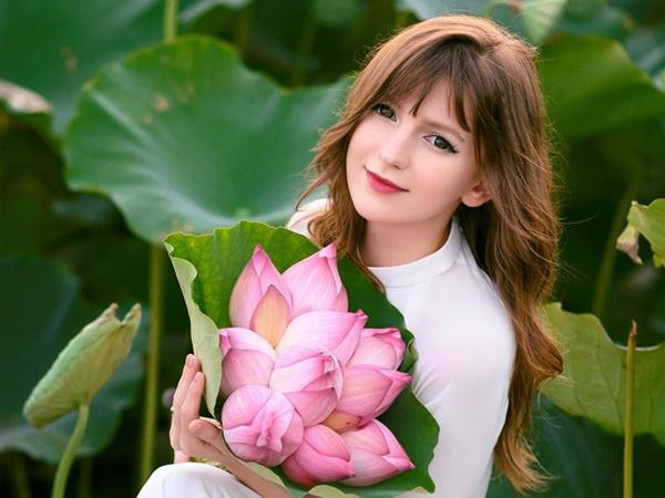 Ba người đẹp Đông Âu gây sốt khi chụp ảnh với sen-1