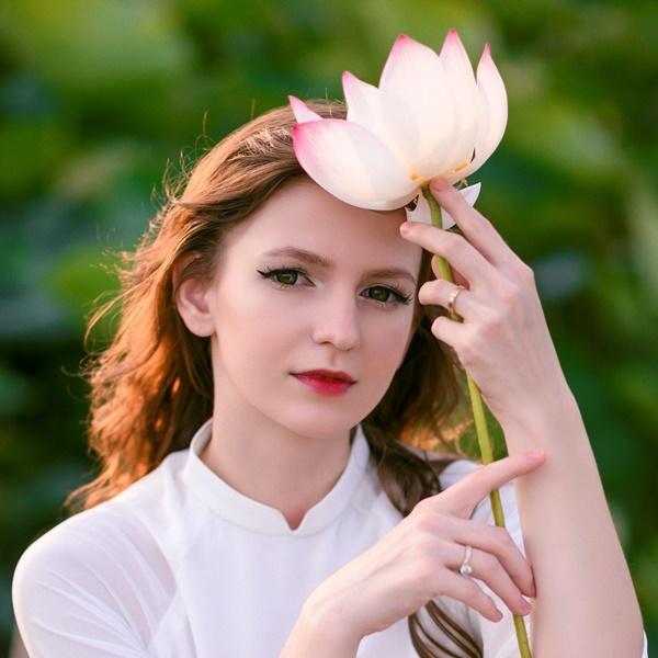 Ba người đẹp Đông Âu gây sốt khi chụp ảnh với sen-2