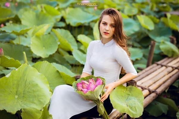 Ba người đẹp Đông Âu gây sốt khi chụp ảnh với sen-5