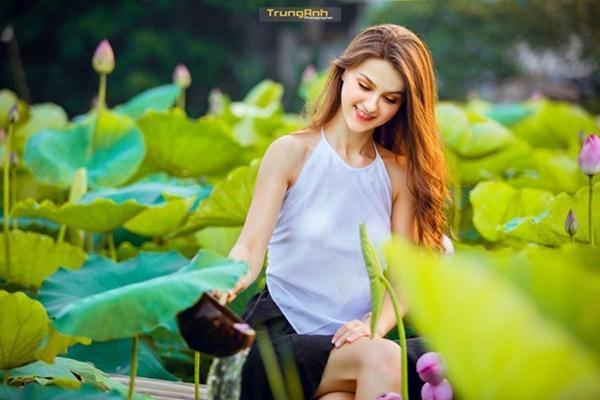 Ba người đẹp Đông Âu gây sốt khi chụp ảnh với sen-7