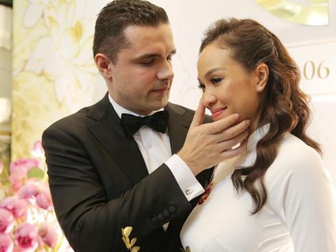 Người mẫu Phương Mai bật khóc trong lễ rước dâu