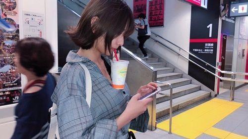 Trào lưu mới ở Nhật khiến các cô gái ùn ùn tham gia: Uống trà sữa không cần dùng tay!-4