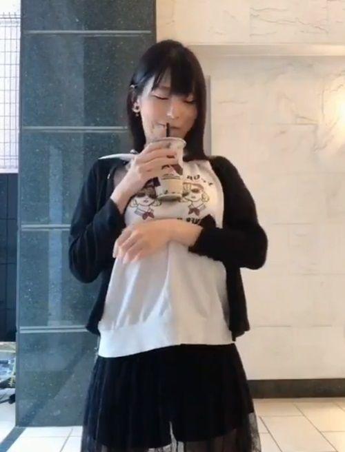 Trào lưu mới ở Nhật khiến các cô gái ùn ùn tham gia: Uống trà sữa không cần dùng tay!-6
