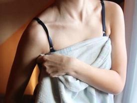 Vợ của bạn thân diện độc chiếc khăn tắm khi tôi đến nhà