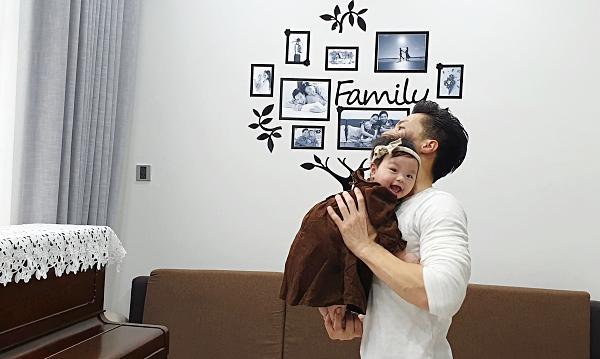 Giật thót tim xem Quốc Nghiệp dùng một tay nâng con gái 6 tháng tuổi đứng giữa không trung-1