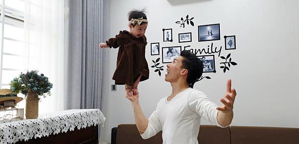 Giật thót tim xem Quốc Nghiệp dùng một tay nâng con gái 6 tháng tuổi đứng giữa không trung-2
