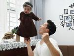 Giật thót tim xem Quốc Nghiệp dùng một tay nâng con gái 6 tháng tuổi đứng giữa không trung