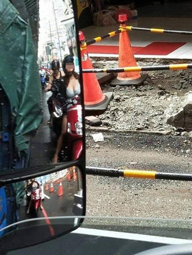 Tài xế đăng ảnh than vãn đường đi liên tục bị đào bới nhưng các thánh soi lại chỉ chú ý đến cô gái với vòng 1 cực đồ sộ phía sau-1