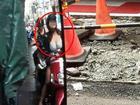 Tài xế đăng ảnh than vãn đường đi liên tục bị đào bới nhưng các 'thánh soi' lại chỉ chú ý đến cô gái với vòng 1 cực đồ sộ phía sau
