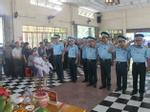 Máy bay quân sự rơi ở Khánh Hòa: Vợ sỹ quan hy sinh thất thần ôm con trong lễ tang chồng