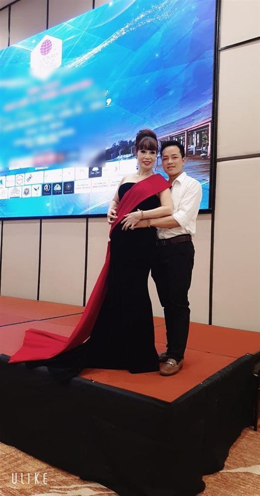 Chuyện mang thai giả vừa nguội, cô dâu 62 tuổi ở Cao Bằng lại gây sốc khi khoe ảnh được chồng trẻ tháp tùng đi thi hoa hậu-2