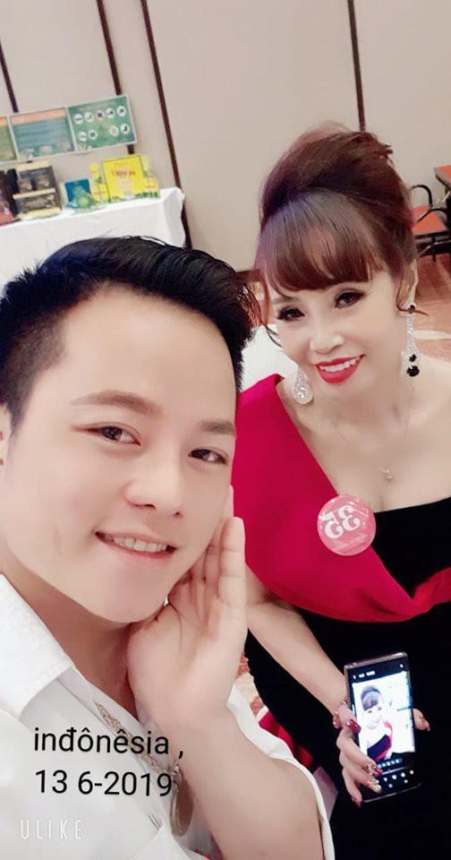 Chuyện mang thai giả vừa nguội, cô dâu 62 tuổi ở Cao Bằng lại gây sốc khi khoe ảnh được chồng trẻ tháp tùng đi thi hoa hậu-3