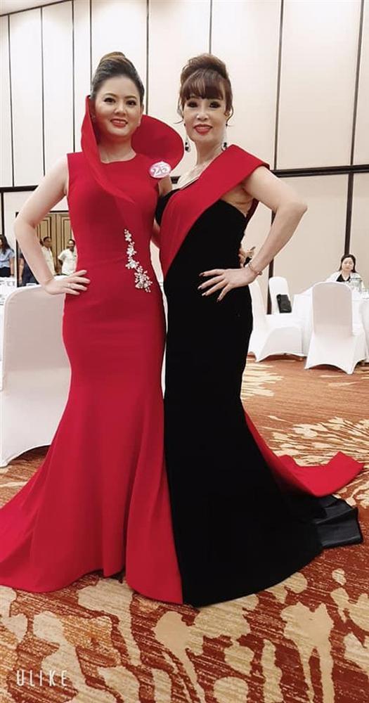 Chuyện mang thai giả vừa nguội, cô dâu 62 tuổi ở Cao Bằng lại gây sốc khi khoe ảnh được chồng trẻ tháp tùng đi thi hoa hậu-4