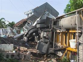 Xe Mercedes đâm sập 3 căn nhà, một người chết