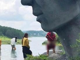 Trước mặt nhiều du khách, người phụ nữ ngang nhiên cởi quần phóng uế ngay dưới bức tượng nổi tiếng Đà Lạt