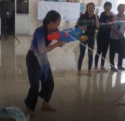 Cô hiệu phó trường người ta, xõa hết mình với trò chơi súng nước cùng học sinh trong buổi lễ tri ân-1
