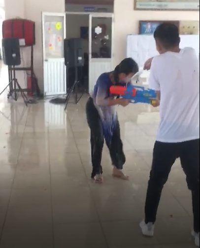 Cô hiệu phó trường người ta, xõa hết mình với trò chơi súng nước cùng học sinh trong buổi lễ tri ân-2
