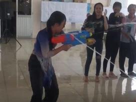 Cô hiệu phó trường người ta, 'xõa' hết mình với trò chơi súng nước cùng học sinh trong buổi lễ tri ân