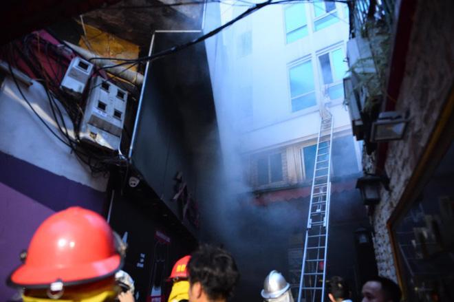Cháy khách sạn trên phố cổ Hà Nội lúc sáng sớm, nhiều người chỉ kịp choàng khăn tắm hốt hoảng tháo chạy-1