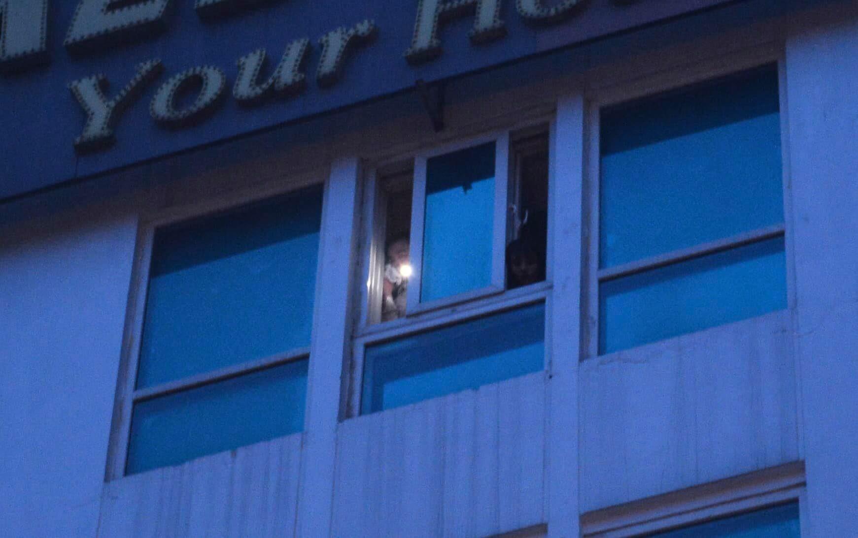 Cháy khách sạn trên phố cổ Hà Nội lúc sáng sớm, nhiều người chỉ kịp choàng khăn tắm hốt hoảng tháo chạy-2
