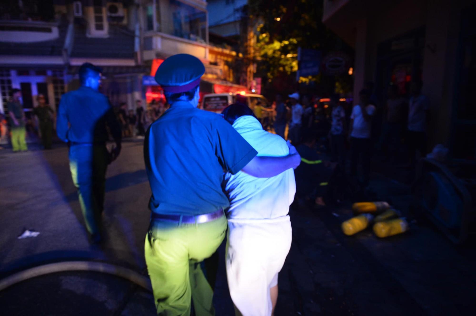 Cháy khách sạn trên phố cổ Hà Nội lúc sáng sớm, nhiều người chỉ kịp choàng khăn tắm hốt hoảng tháo chạy-4