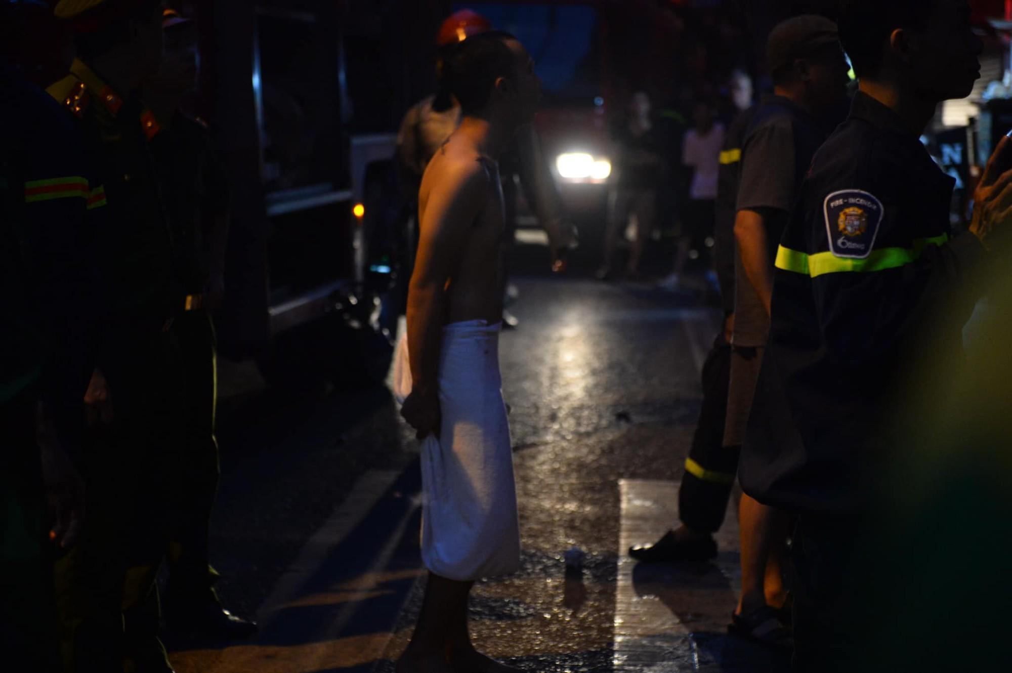Cháy khách sạn trên phố cổ Hà Nội lúc sáng sớm, nhiều người chỉ kịp choàng khăn tắm hốt hoảng tháo chạy-5