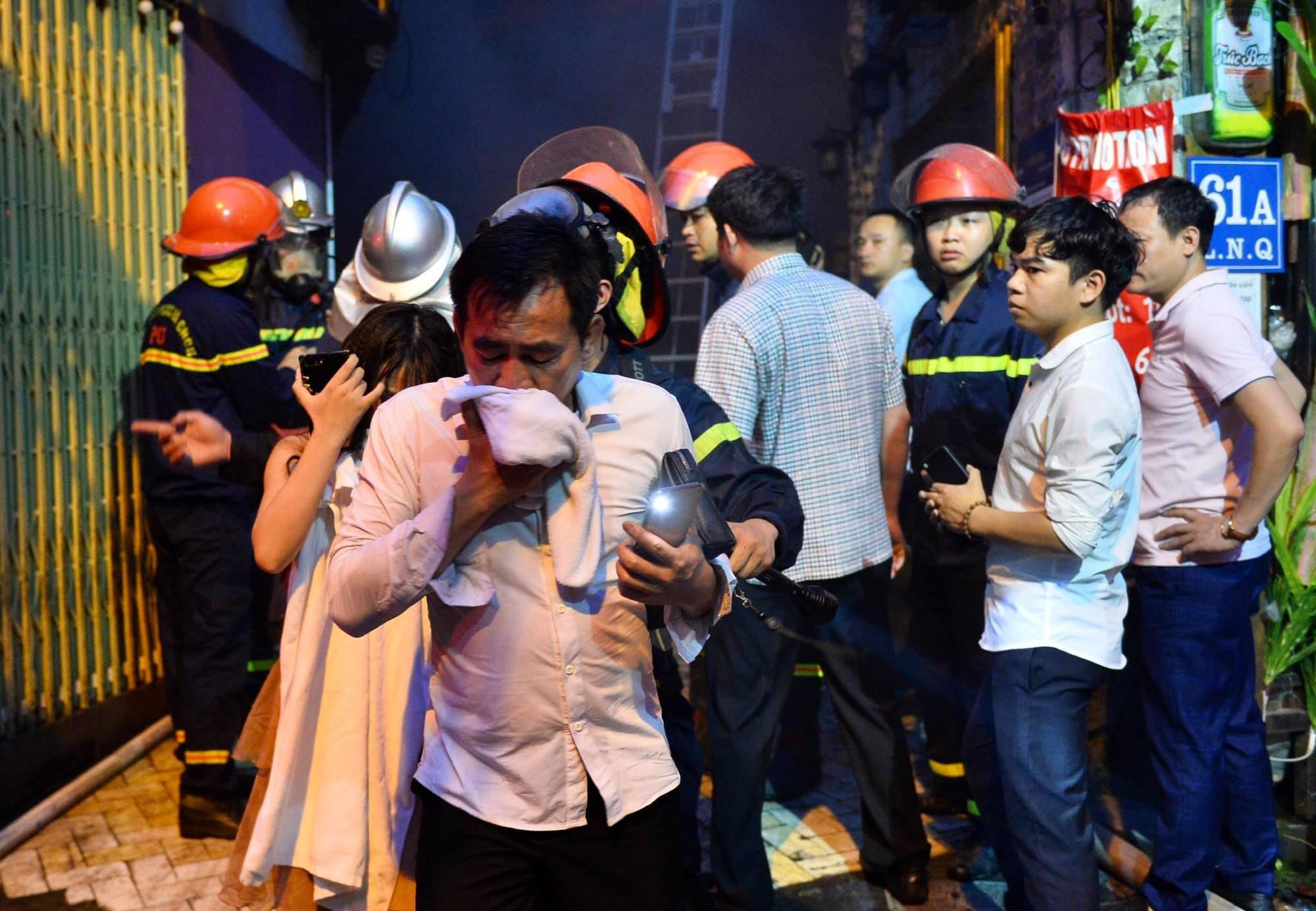 Cháy khách sạn trên phố cổ Hà Nội lúc sáng sớm, nhiều người chỉ kịp choàng khăn tắm hốt hoảng tháo chạy-6