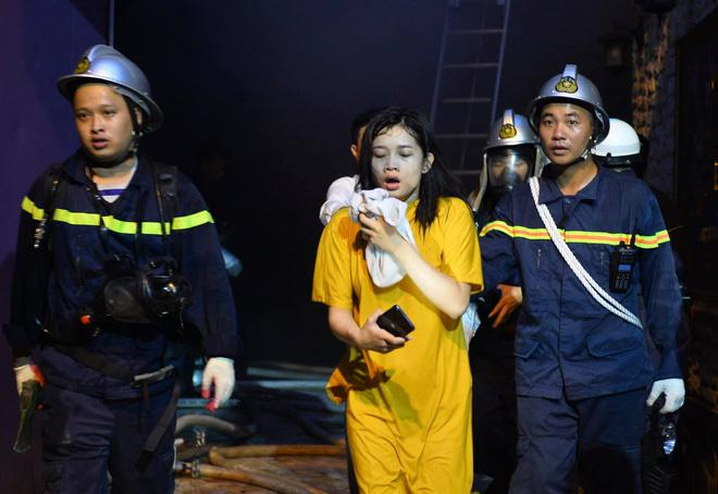 Cháy khách sạn trên phố cổ Hà Nội lúc sáng sớm, nhiều người chỉ kịp choàng khăn tắm hốt hoảng tháo chạy-7