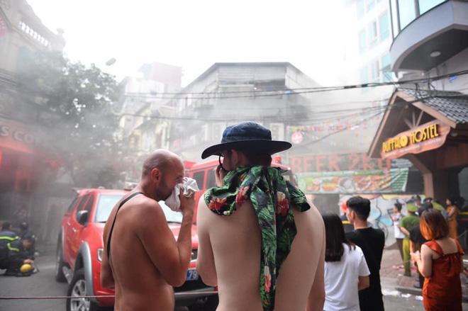 Cháy khách sạn trên phố cổ Hà Nội lúc sáng sớm, nhiều người chỉ kịp choàng khăn tắm hốt hoảng tháo chạy-8