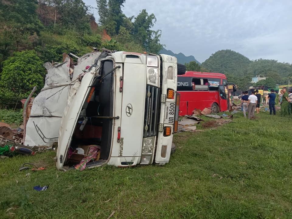 Tai nạn kinh hoàng: Xe tải chở sắt vụn đối đầu xe khách ở Hòa Bình, 40 người thương vong-4
