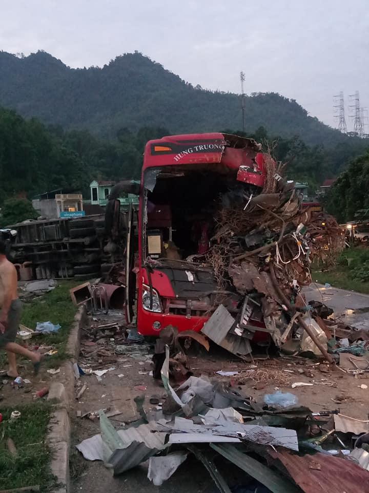 Tai nạn kinh hoàng: Xe tải chở sắt vụn đối đầu xe khách ở Hòa Bình, 40 người thương vong-5