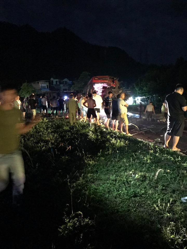 Tai nạn kinh hoàng: Xe tải chở sắt vụn đối đầu xe khách ở Hòa Bình, 40 người thương vong-3