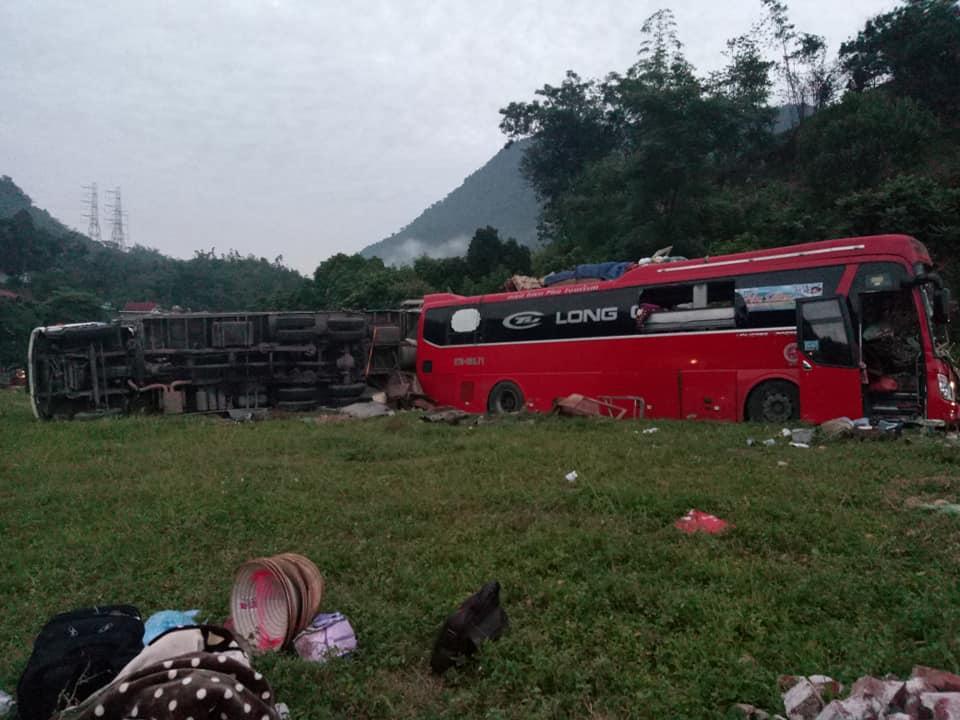 Tai nạn kinh hoàng: Xe tải chở sắt vụn đối đầu xe khách ở Hòa Bình, 40 người thương vong-6