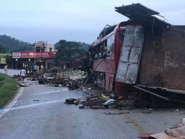 Tai nạn kinh hoàng: Xe tải chở sắt vụn đối đầu xe khách ở Hòa Bình, 40 người thương vong-2