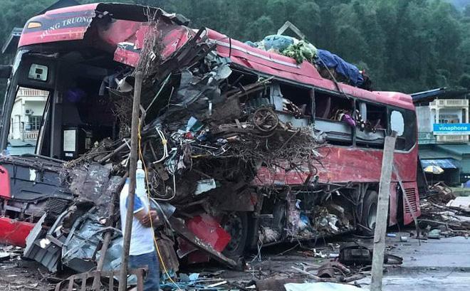 Tai nạn kinh hoàng: Xe tải chở sắt vụn đối đầu xe khách ở Hòa Bình, 40 người thương vong-1