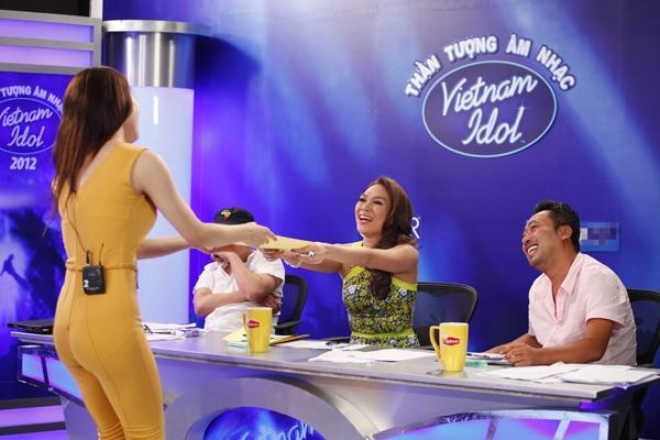 CHUYỆN GIỜ MỚI KỂ: Hóa ra Hương Giang có sự tính toán cực kỳ tinh vi đằng sau bộ jumpsuit bó màu vàng chóe tại Vietnam Idol 2012-4