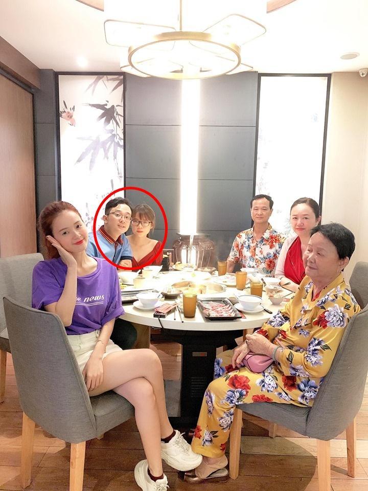 Chỉ một bức ảnh check-in cùng gia đình, Midu vô tình để lộ em dâu tương lai cực xinh đẹp-2