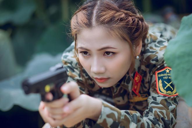 Nữ thiếu úy đẹp như hot girl của Bạn muốn hẹn hò gây xôn xao với ngoại hình nổi bật trong bộ ảnh bên hồ sen-4
